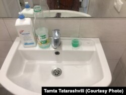 ტუალეტის ხელსაბანი სადახლოს საბაჟო გამშვებ პუნქტზე. მარჯვნივ ჭიქაში თამთას მოპოვებული საპონი ასხია.