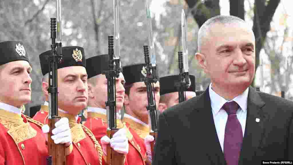 АЛБАНИЈА - Албанскиот претседател Илир Мета повика на пристапување кон граѓанските движења, што се формираат низ целата земја за да се создаде обединет фронт за возобновување на демократијата преку слободни и фер избори, јави МИА од Тирана.