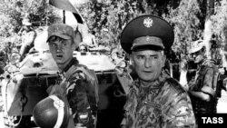 Генерал-майор Павел Липски, заместитель командующего коллективными войсками СНГ по поддержанию мира в Таджикистане. Кабодиенский район Хотлонской области, 16 августа 1997 года.