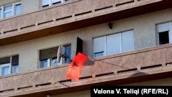 Flamuri shqiptar në një ndërtesë në Kosovë