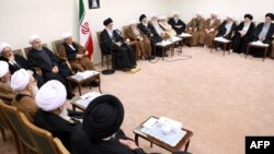 رهبر جمهوی اسلامی در میان اعضای مجلس خبرگان رهبری