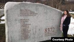 Una Srabović Ryan pored spomen obilježja žrtvama genocida