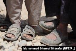 Афганцев, незаконно пересекавших границу, арестовывают, избивают, обстреливают и даже убивают пограничники, контрабандисты и преступные группировки. Другие умирают от болезней и истощения