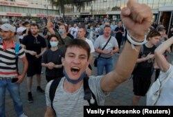 Молоді білоруси на акції протесту проти влади та офіційно оголошених результатів президентських виборів. Мінськ, 10 серпня 2020 року