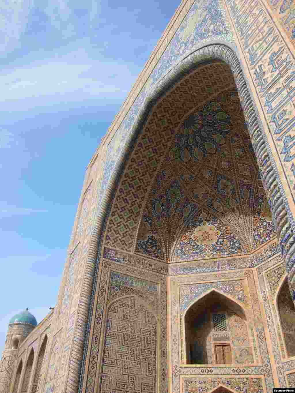 Registon maydonidagi Tillakori madrasasiga kirish, Samarqand (Shinichi Nagata surati)