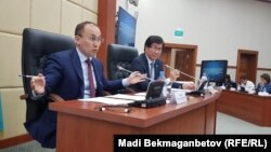 Министр информации и коммуникаций Казахстана Даурен Абаев презентует в парламенте законопроект по вопросам СМИ. Астана, 27 июня 2017 года.