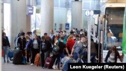 Sezonski radnici iz istočne Evrope vraćaju se kući iz Njemačke na početku pandemije, april 2020.