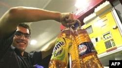 بدنبال سهمیه بندی بنزین در ایران مردم با گالن به سمت پمپ بنزین ها هجوم آوردند.