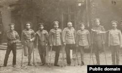 Ofițeri ruși mutilați (Foto: Expoziția Marele Război, 1914-1918, Muzeul Național de Istorie a României)