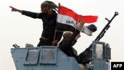 Ирак әскерилері ұлттық туларын ұстап тұр. Мосул, 19 тамыз 2014 жыл.