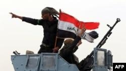 Иракские военные с национальным флагом, окрестности Мосула, 19 августа 2014 года.