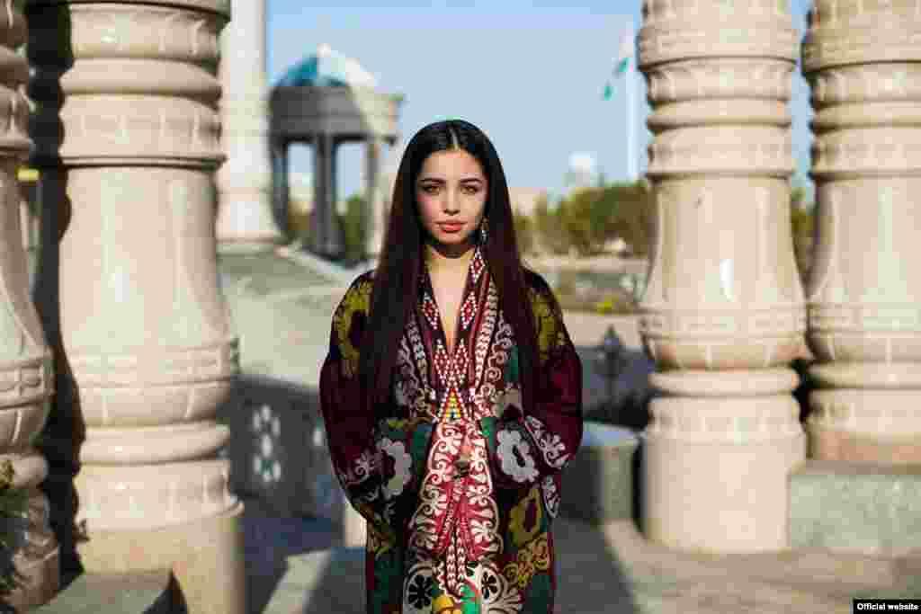 """Девушка из Душанбе, Таджикистан,фотопроект """"Атлас красоты"""" (Atlas of Beauty) Микаэлы Норок."""
