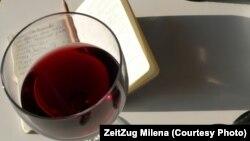 Чаша с темным вином