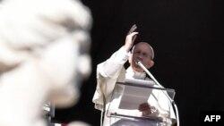 Папа Франциск обращается к паломникам на площади Святого Петра