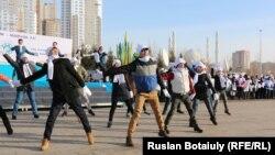 Қазақстан халқы ассамбелясына арналған студенттер флешмобы. Астана, 6 ақпан 2015 жыл. (Көрнекі сурет)