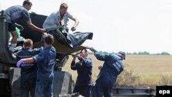 Телата на жртвите од падот на малезијскиот авион во источна Украина.