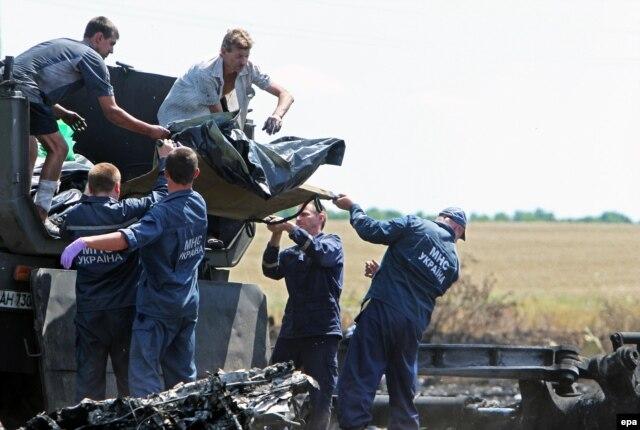 Погрузка останков жертв катастрофы на месте крушения