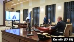 Путин во время видеоконференции