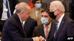 Presidenti i SHBA-së, Joe Biden, flet me presidentin e Turqisë, Recep Tayyip Erdogan, gjatë një seance të samitit të NATO-s në Bruksel.