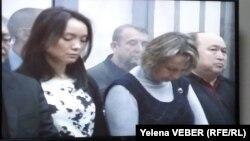 Адвокаты и подсудимые по делу бывшего премьер-министра Казахстана Серика Ахметова слушают приговор по своему уголовному делу. Караганда, 11 декабря 2015 года.
