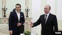 Russiýanyň prezidenti Wladimir Putin (sagda) we Gresiýanyň premýer-ministri Aleksis Tsipras (çepde).