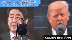 ABŞ-nyň prezidenti Donald Trampyň we Ýaponiýanyň premýer-ministri Şinzo Abeniň çykyşyny görkezýän ekran, Tokio, 29-njy awgust, 2017