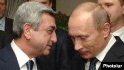 Ermənistan prezidenti Serzh Sarkisian (solda) və Rusiya prezidenti Vladimir Putin