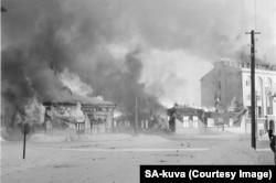 Палаюче місто на півдні Фінляндії після радянської повітряної атаки