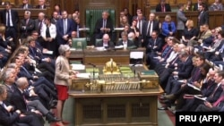 Jedan od razloga za blokadu britanskih institucija je što su, prema rečima Vernona Bogdanora, profesora Kings koledža u Londonu, skoro 75 odsto poslanika u Donjem domu britanskog parlamenta pristalice ostanka u EU