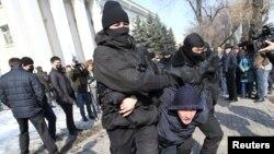 """""""Нұр Отан"""" саяси партиясының кеңсесі алдына жиналған адамдар. Алматы, 27 ақпан 2019 жыл."""