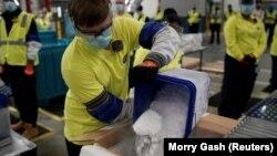 Priprema sanduka sa Pfizer-BioNTech vakcinama u Michiganu, 13. decembar