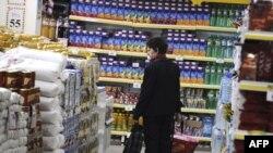 Žena u jednoj od beogradskih prodavnica - ilustracija