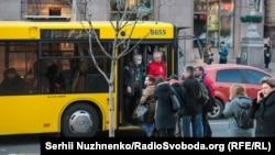 Люди перекрили рух і зупинили автобус, який не зупинявся на зупинці. Між водієм, кондуктором і пасажирами виникла сварка. Зупинка біля м. Хрещатик, автобус №114 до Троєщини. Київ, 19 березня 2020 року