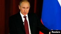 Президент России Владимир Путин выступает на встрече с дипломатами, 1июля 2014 г.