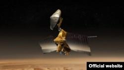 Спутник NASA Mars Reconnaissance Orbiter над поверхностью Марса (реконструкция)