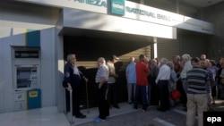 Башкала Афинада пенсионерлар милли банк янында чират тора