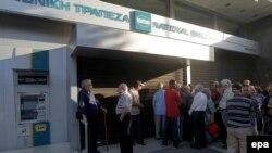 Люди, переважно пенсіонери, які не мають банківських карт, чекають на відкриття відділення Національного банку, Афіни, Греція, 29 червня 2015 року