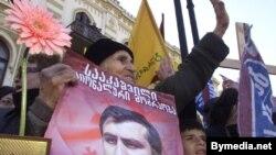Молодой лидер революции Михаил Саакашвили завоевал небывалую народную любовь – на первых же выборах 96% избирателей отдали ему свои голоса и сердца