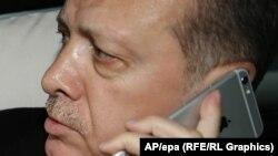 Эрдоган айфон үлгүсүндөгү телефон менен сүйлөшүүдө