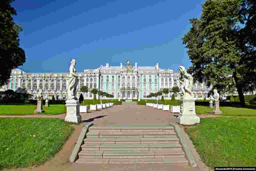 До 1941 года Янтарная комната находилась в Екатерининском дворце, бывшей царской резиденции под Санкт-Петербургом.
