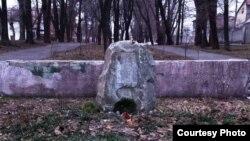 Пошкоджений пам'ятний знак В'ячеславу Чорноволу, Дніпропетровськ, 28 лютого 2015 року