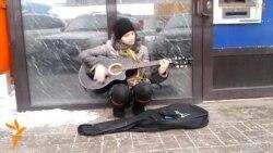 Беременная женщина поет на улице