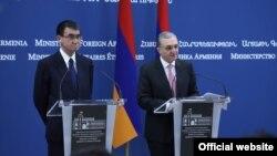 Главы МИД Армении и Японии - Зограб Мнацаканян (справа) и Таро Коно на совместной пресс-конференции, Ереван, 3 сентября 2018 г.