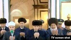 Mawzoleýde Saparmyrat Nyýazowyň ruhuna Türkmenistanyň müftüsi aýat okady, 21-nji dekabr.