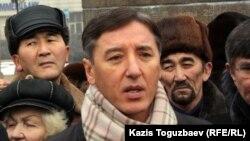 Лидер партии «Азат» Болат Абилов выступает на митинге в связи с событиями в Жанаозене. Алматы, 6 января 2012 года.