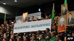 Плакаты в поддержку Гурбангулы Бердымухамедова. Архивное фото.