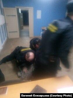 Нападение приставов на правозащитника в Красноярске