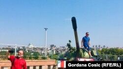 Ministar unutrašnjih poslova Srbije Nebojša Stefanović je izjavio da ispred stadiona nije parkiran tenk, već maketa tenka.