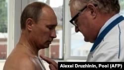 Ресейдің 68 жастағы президенті Владимир Путин жасына сілтеп, коронавирусқа қарсы ресейлік вакцинаны салдыруға дайын емесін айтқан. Денсаулық сақтау министрлігі енді вакцинаны 60 жастан асқандарға салуға болады дейді.