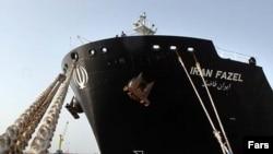 یک نفتکش که در بندر چابهار پهلو گرفته است.